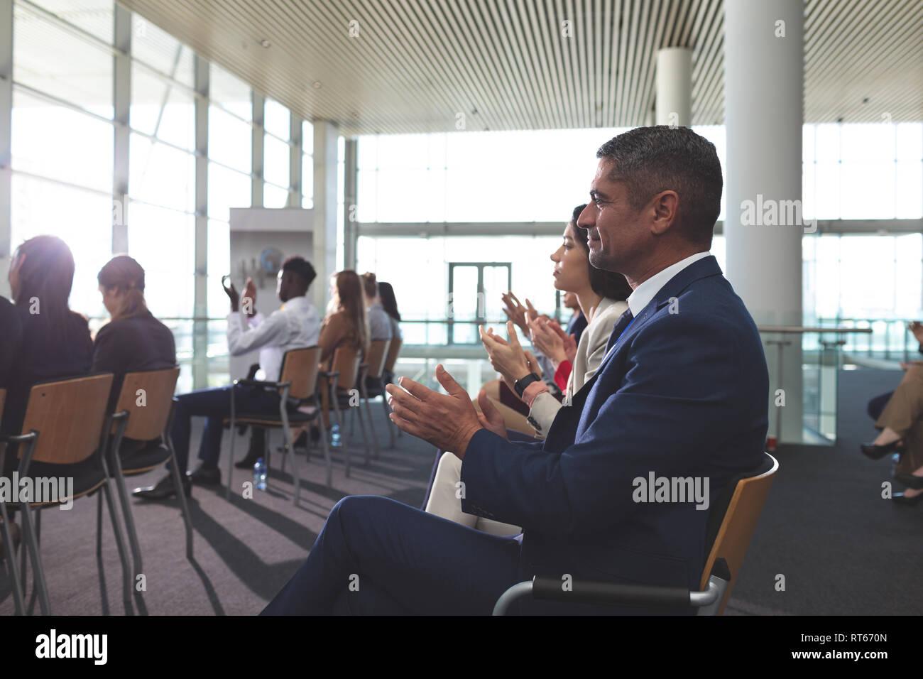 Gente de negocios aplaudiendo en un seminario de negocios Foto de stock