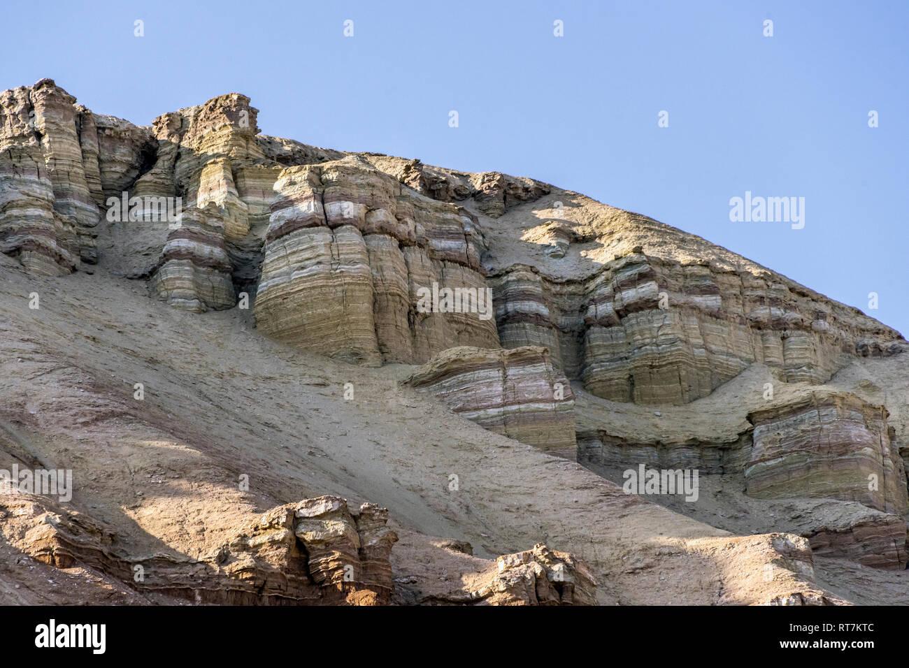 Estratificada erosionados acantilados, montañas Emel Altyn Aktau, Kazajstán, Parque Nacional Imagen De Stock