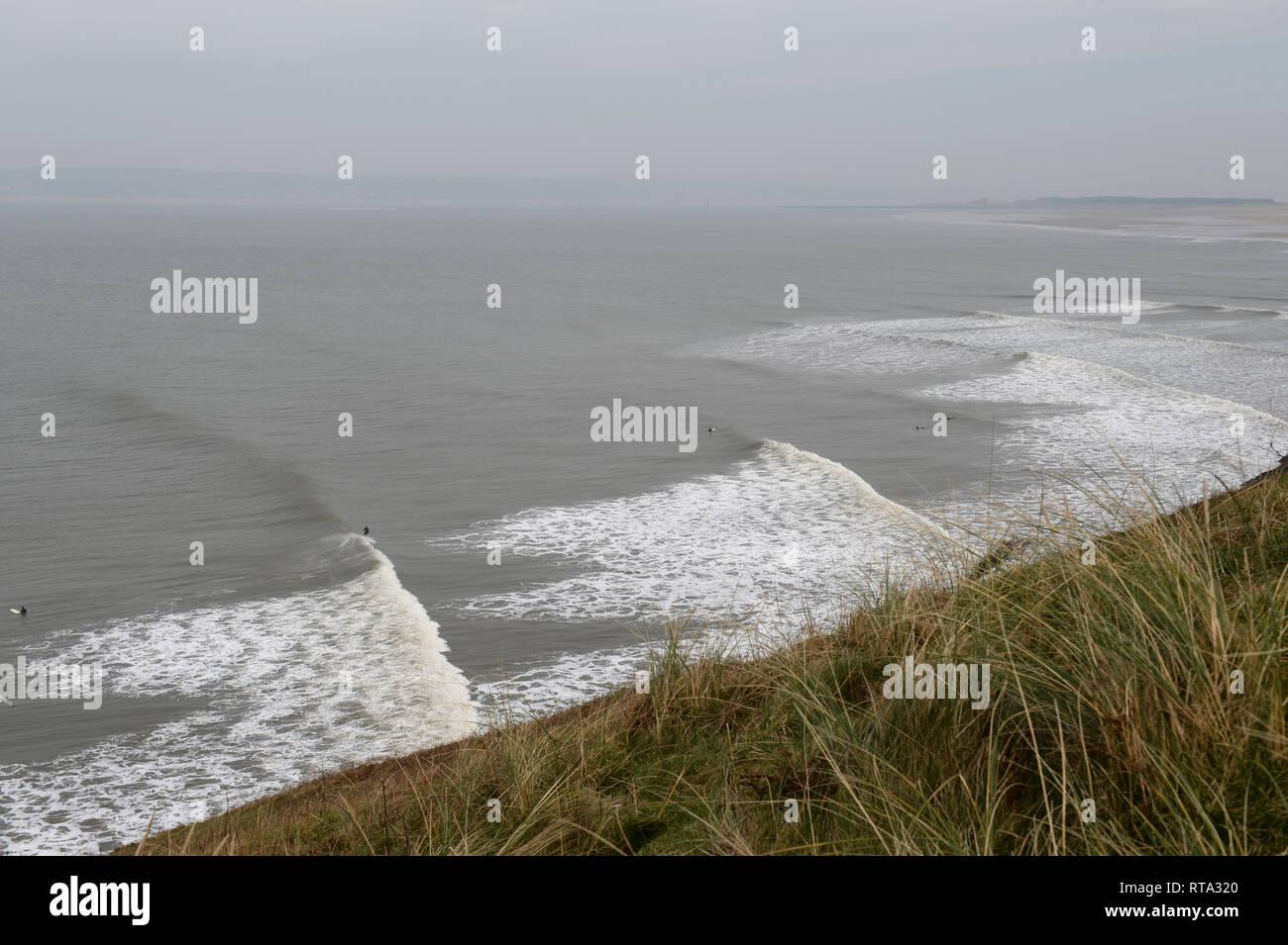 Surf en Broughton donde las largas olas que rompen en la costa salvaje en un día tempestuoso haciendo el point break perfecto para fanáticos surfistas Imagen De Stock