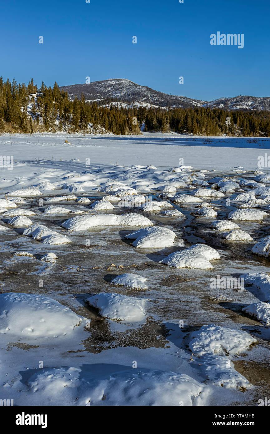 Una foto de un paisaje escénico fría de invierno en un día claro en Hauser, Idaho. Foto de stock
