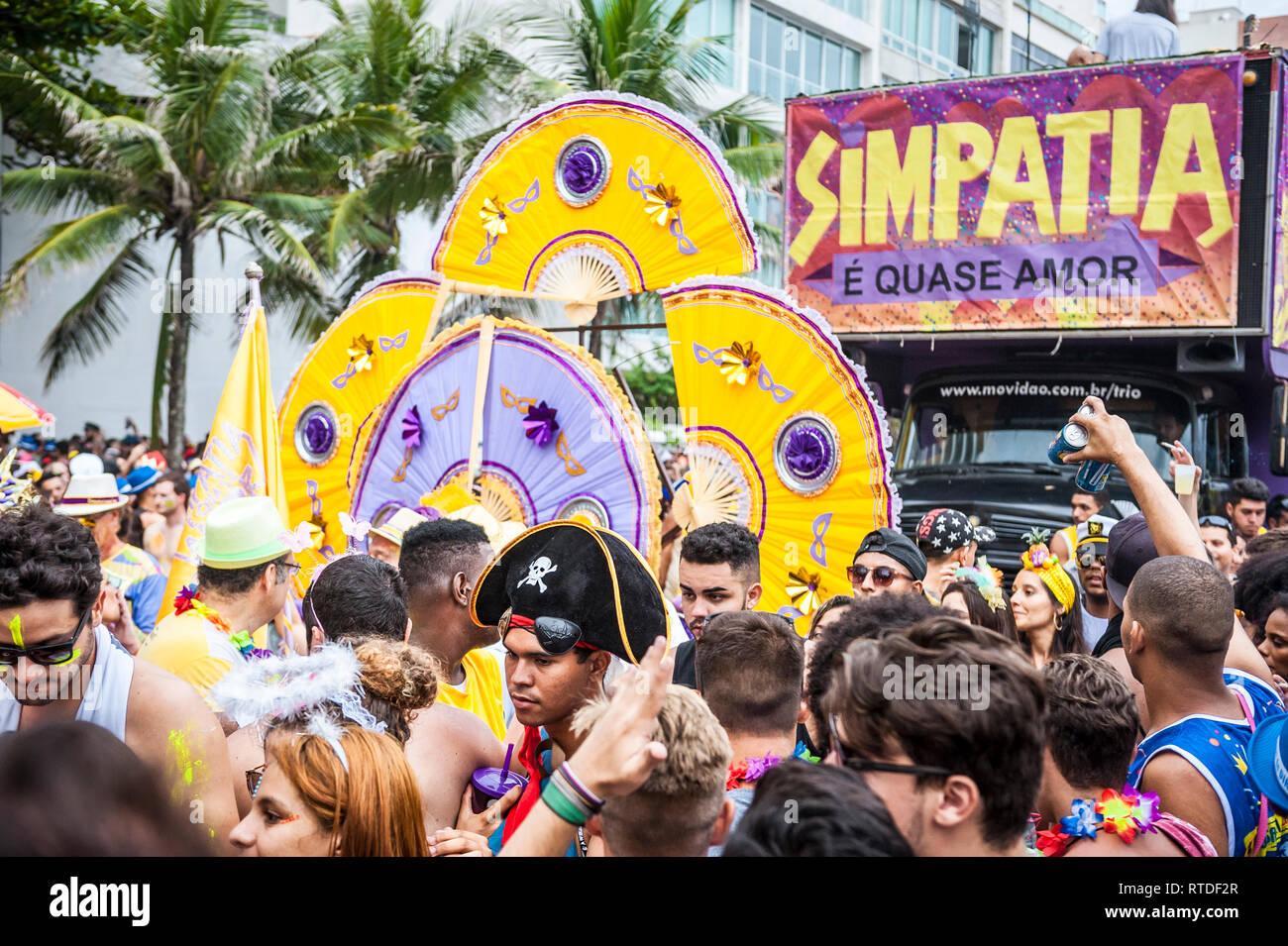 RIO DE JANEIRO - Febrero 28, 2017: Un camión de altavoz para la simpatia e quase Amor (simpatía es casi Amor) viaja a través de una multitud de carnaval. Imagen De Stock
