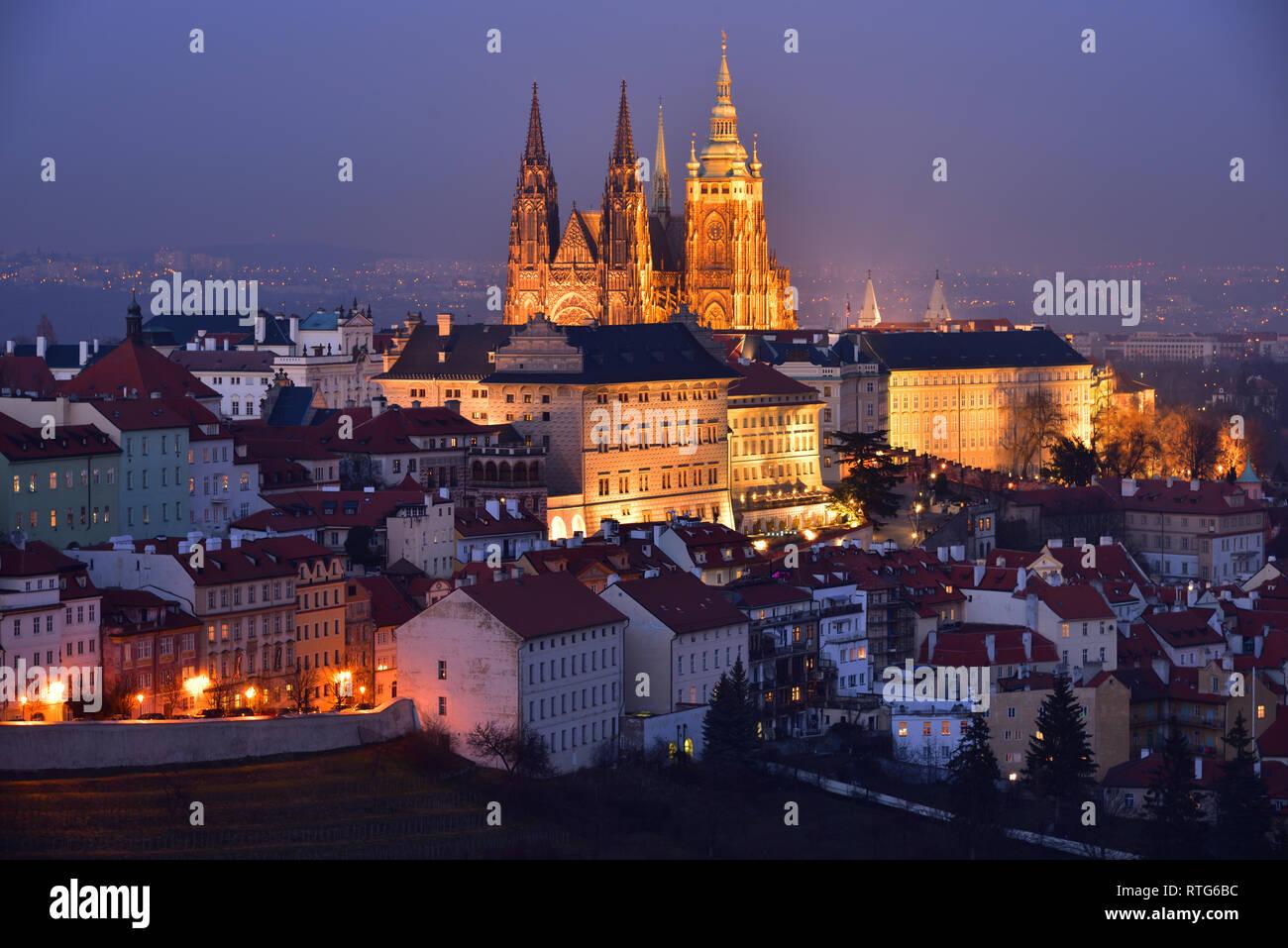 El Castillo de Praga y la Catedral de San Vito con iluminación nocturna. Noche de invierno. Vista desde el Monasterio de Strahov. Foto de stock