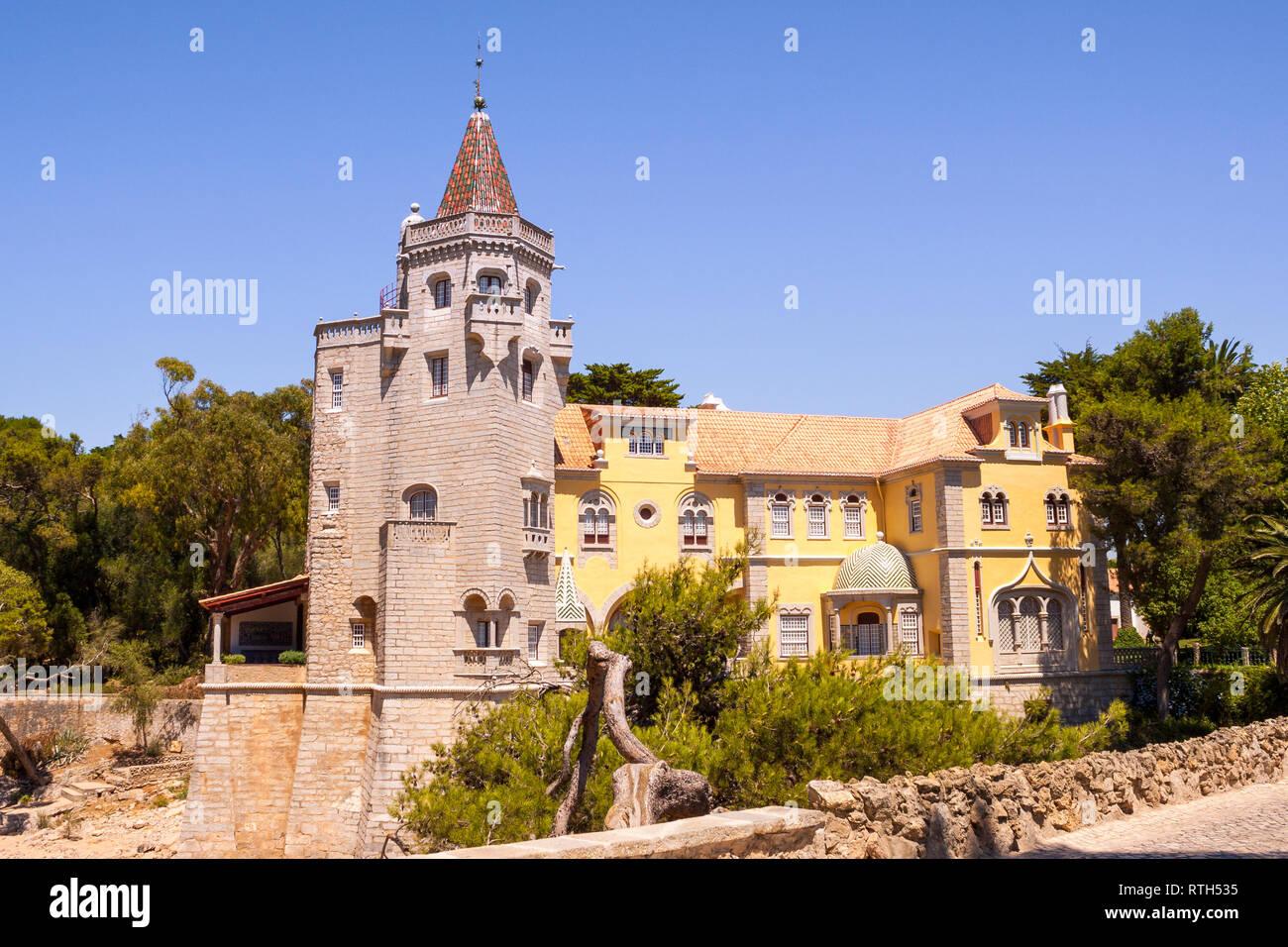 Exterior de los Condes de Castro Guimaraes Museum, originalmente conocido como 'Torre de S. Sebastiao' (San Sebastián de la torre). Fue construido en el año 1900 en Cascais, L Foto de stock
