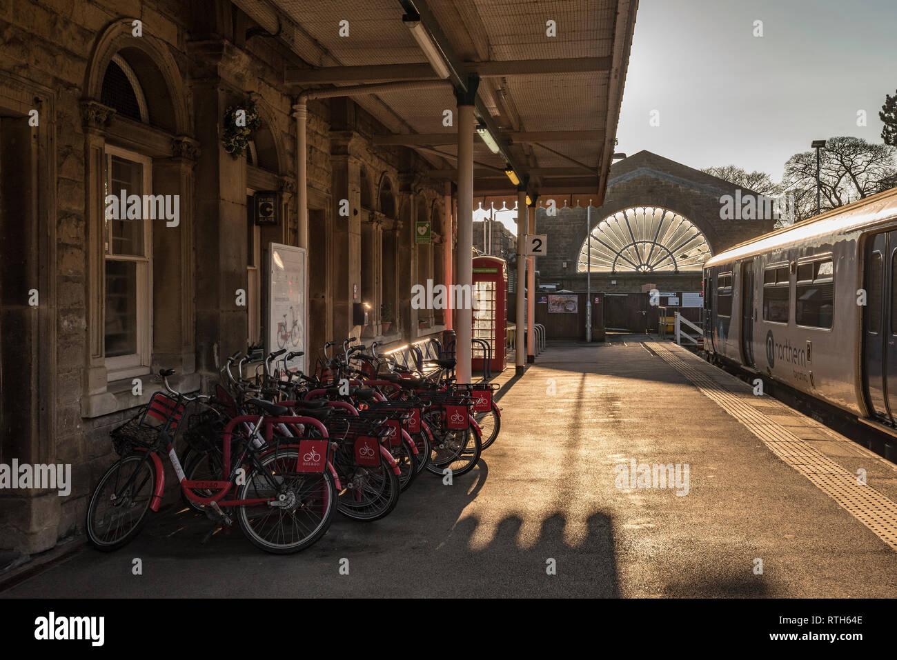 Estación de tren Buxton. sunset moto e ir ciclos Foto de stock
