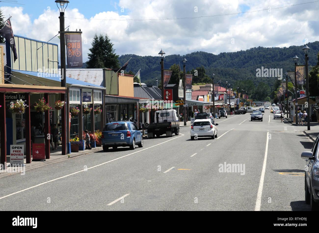 Calle principal Reefton en la región de la Costa Oeste, OD, Isla del Sur, Nueva Zelanda. La calle principal es un popular punto de parada para los turistas. Foto de stock