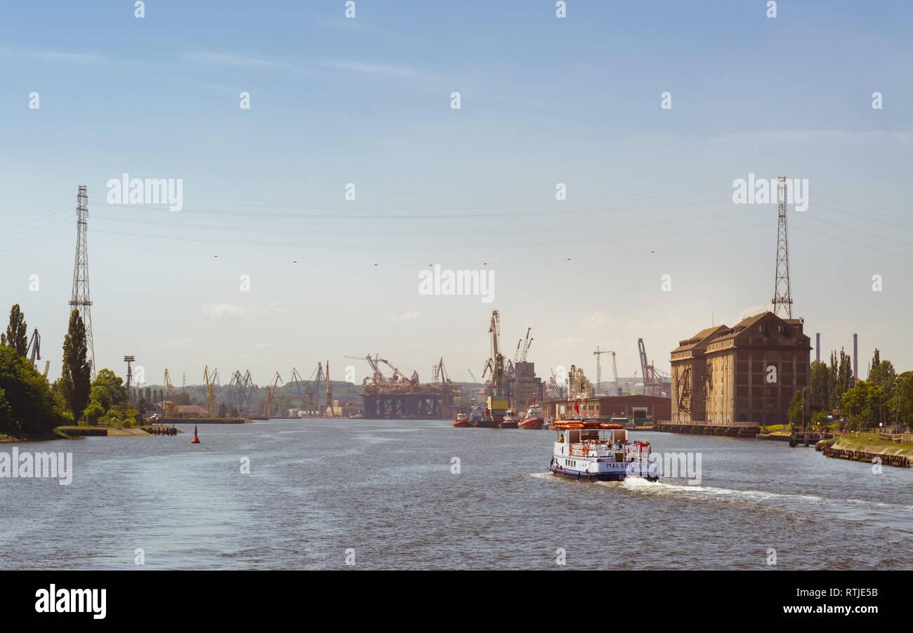 Viaje en barco por el río Wisla Martwa a través del astillero de Gdansk, en Polonia, Europa Imagen De Stock