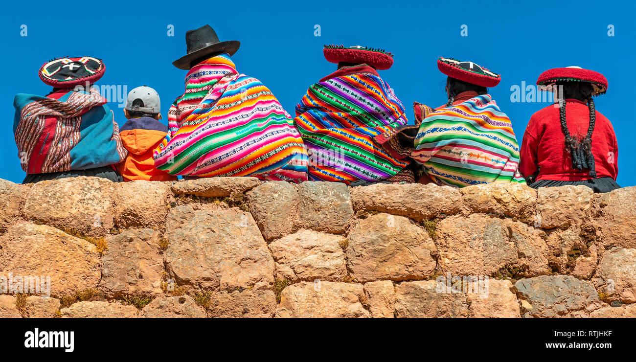 Panorama de los pueblos indígenas quechua peruana con los textiles  tradicionales 82271638a4b