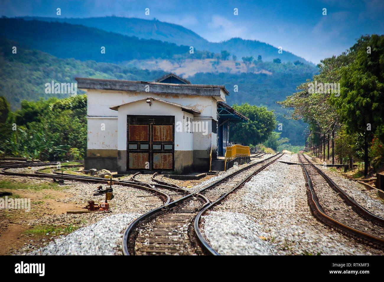 El punto de destino. Estación de trenes olvidados en una mañana neblinosa en algún lugar en el estado de Minas Gerais, Brasil. Foto de stock