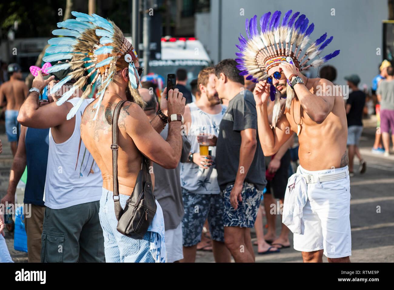 33dcf38f798c RIO DE JANEIRO - 15 de marzo de 2017: Dos jóvenes tatuados hombres ...
