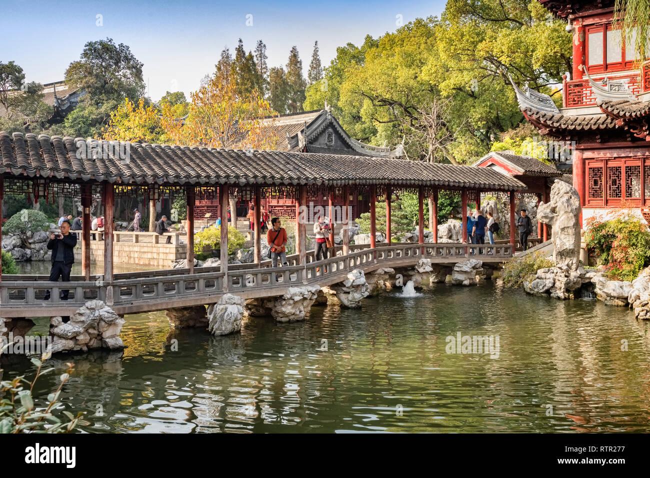 29 de noviembre de 2018: Shanghai, China - El Jade pasillo acuático puente sobre un lago en el jardín Yu, parte del distrito de la Ciudad Vieja de Shanghai. Imagen De Stock