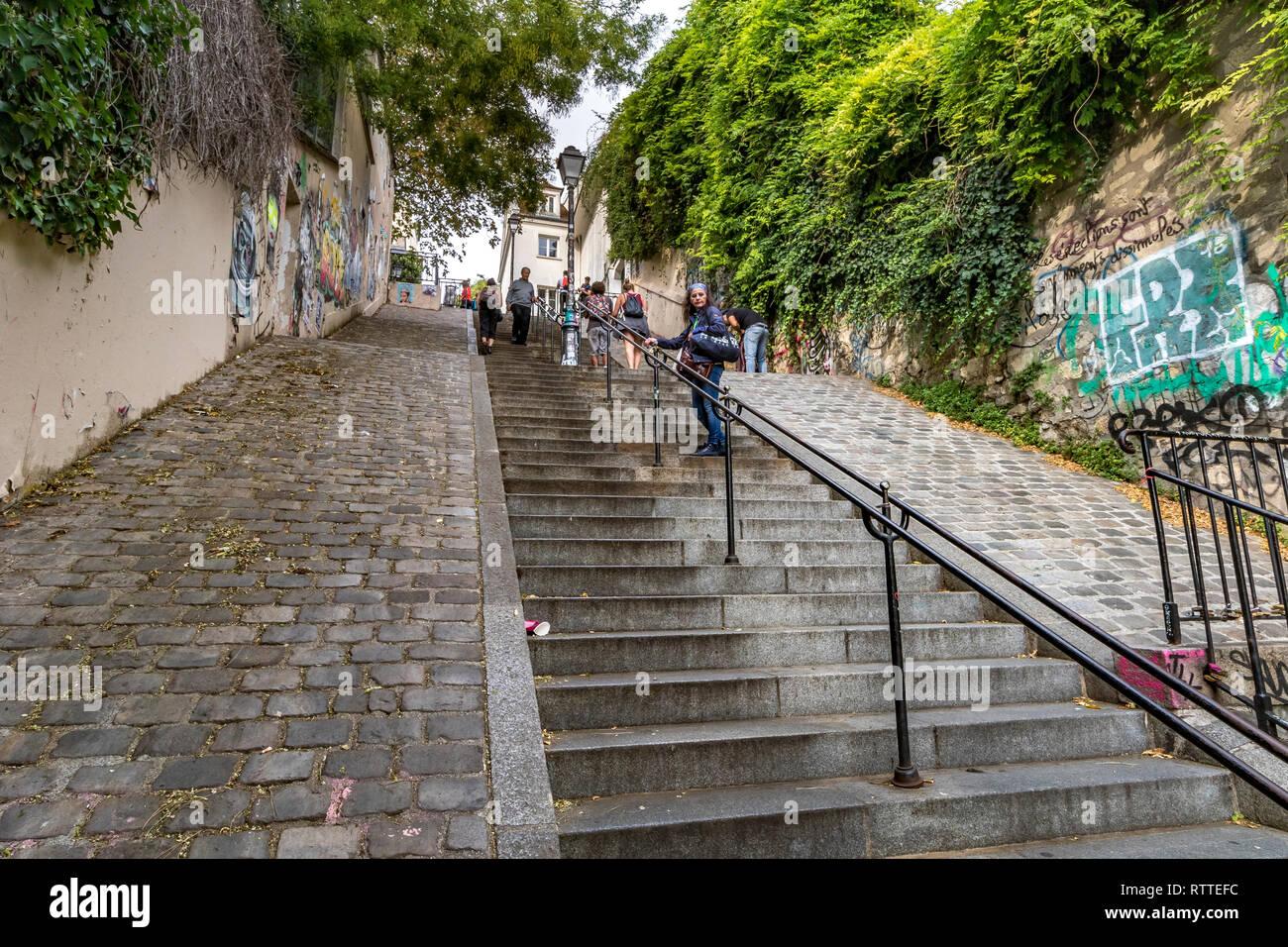 Las personas escalando los peldaños empinados en Rue du Calvaire, que conecta la Rue Gabrielle y Place du Tetre a Montmartre, Paris Foto de stock