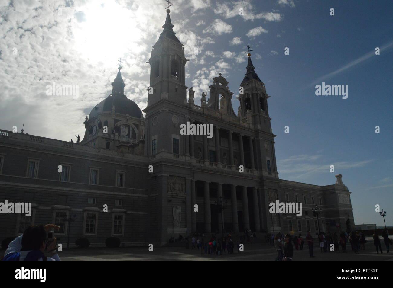 Fachada principal del Palacio Real, fechada en el siglo XIV, De estilo barroco en Madrid. Arquitectura, Historia, Viajes. El 18 de octubre de 2014. Madrid, S Foto de stock