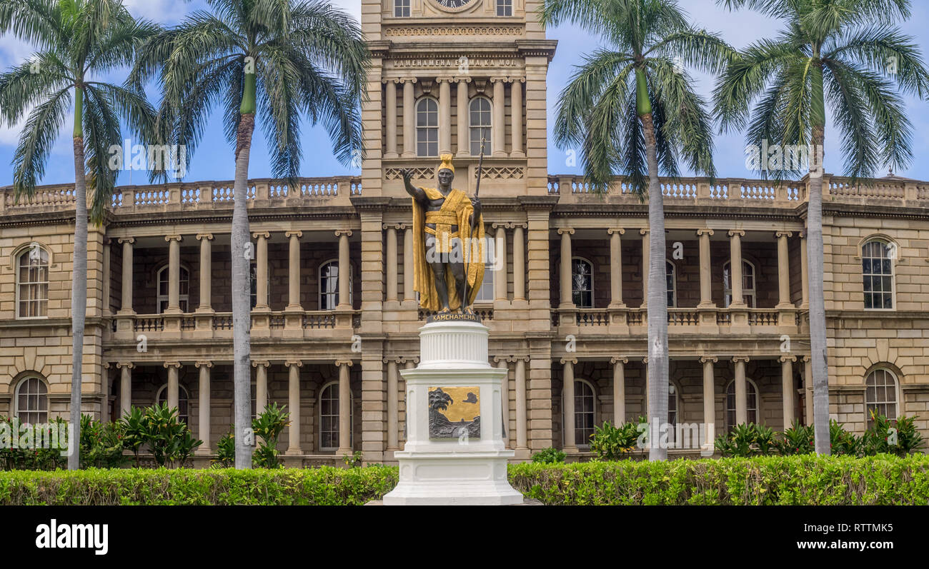 I la estatua del rey Kamehameha, por Thomas Gould, el 6 de agosto de 2016 en Honolulu, Hawaii. Es delante de Ali iolani Hale, el edificio de la Corte Suprema de Hawaii Foto de stock