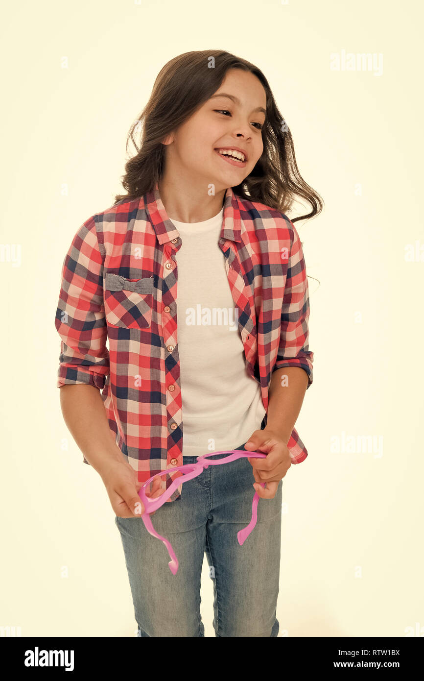 Kid moda. Moda para niño. Niño feliz aislado en blanco. modelo de pasarela de moda infantil kid en camisa a cuadros. Imagen De Stock