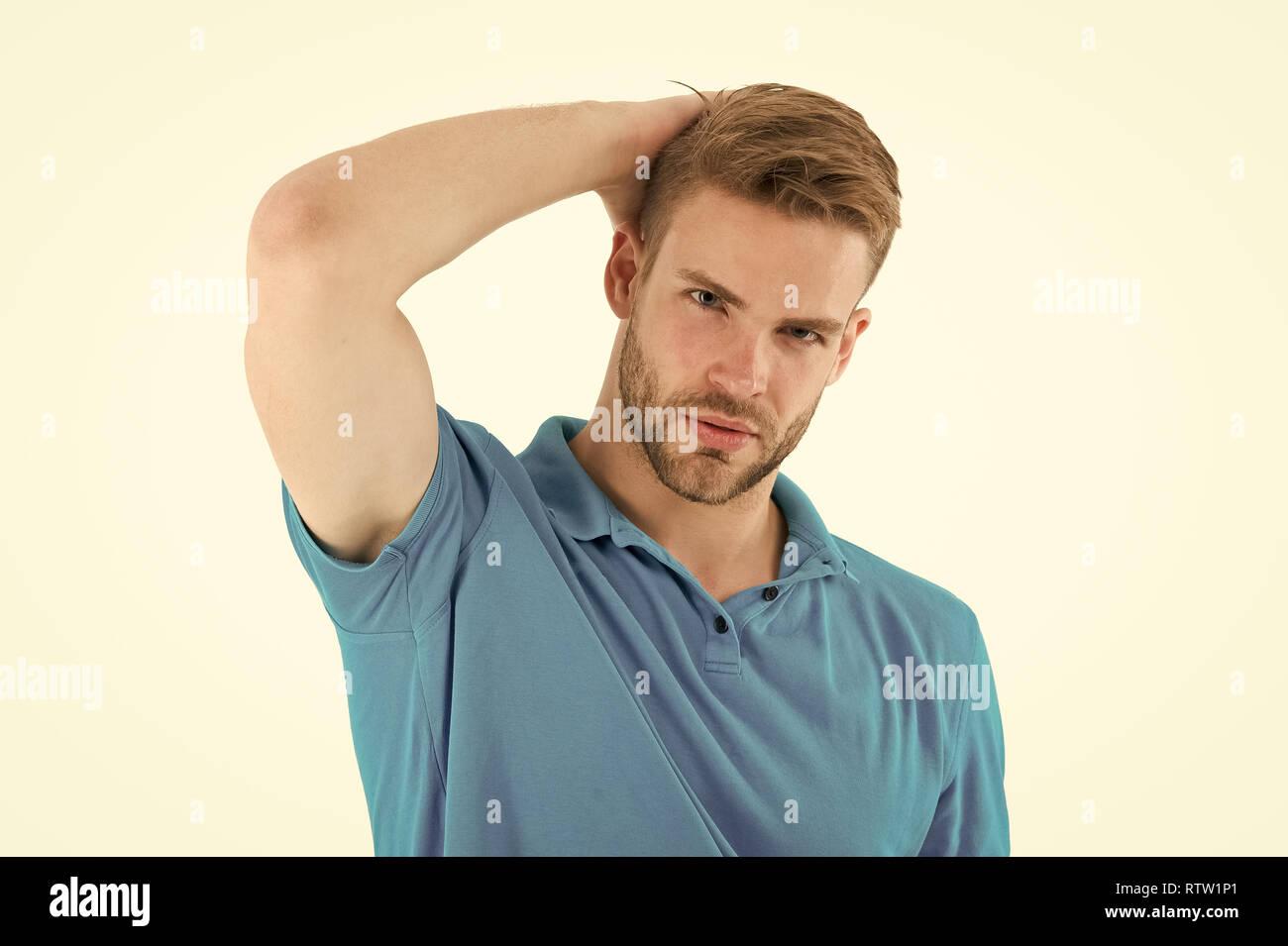 Antitranspirante eficaz. El hombre confía en su antitranspirante. Deportista después del entrenamiento contentos con antitranspirantes. Guy comprueba la axila seca satisfecho con ropa limpia. Prevenir, reducir la transpiración. Imagen De Stock