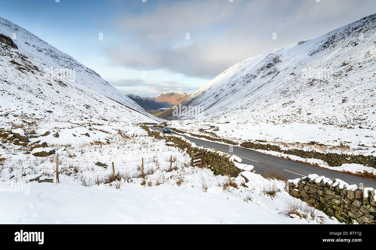 Una nevada Kirkstone Pass, el mayor paso de montaña en el Parque Nacional Lake District en Cumbria, mirando a lo lejos Brotherswater Foto de stock