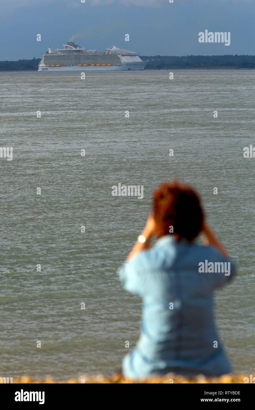 La contaminación,Crucero, el Solent, Cowes, en la isla de Wight, Inglaterra, Reino Unido Imagen De Stock