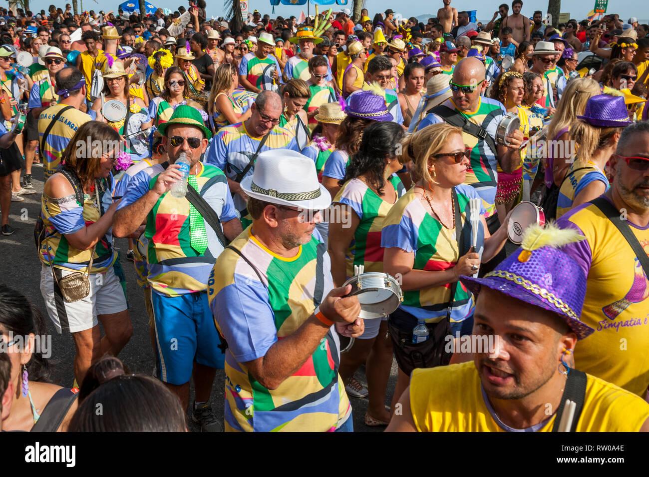 RIO DE JANEIRO - Febrero 07, 2015: La Simpatia e quase Amor Carnaval banda fiesta callejera asume la Avenida Vieira Souto en la playa de Ipanema. Imagen De Stock