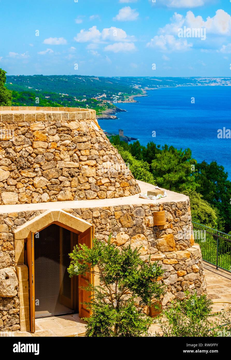 Trullo en Salento costa adriática de Apulia, Sur de Italia - rural típica construcción de piedra seca Imagen De Stock