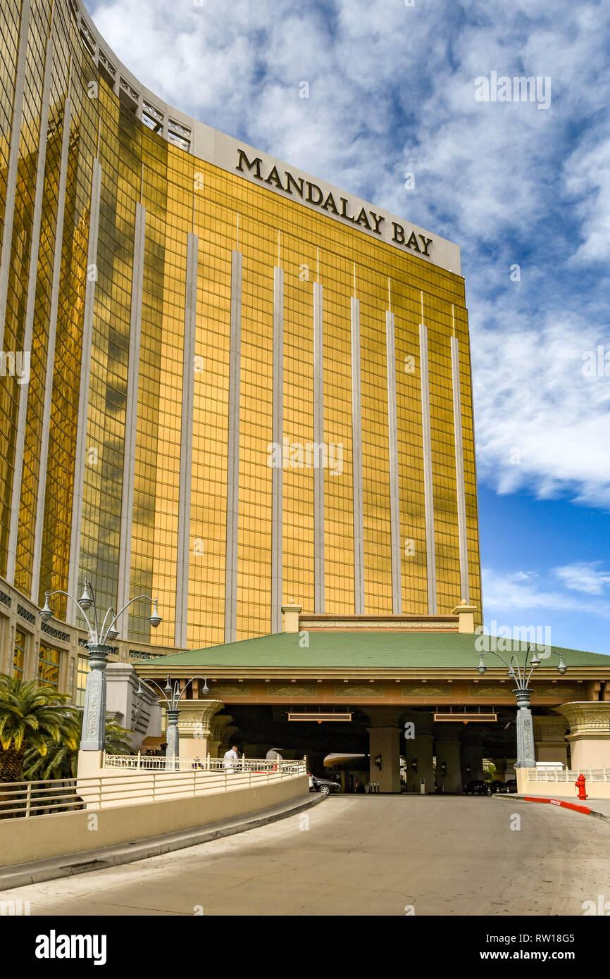 LAS VEGAS, NV, USA - Febrero de 2019: la visión de ángulo amplio de la entrada del Mandalay Bay Hotel y Resort en Las Vegas Boulevard. Foto de stock