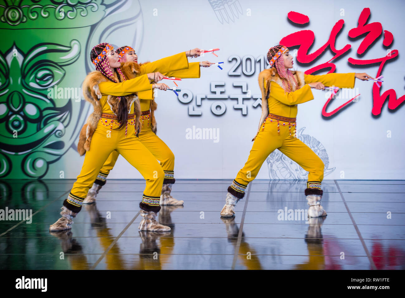 Bailarines de Folk Ensemble Gulun de Yakutia, al norte de Rusia, actúan en el festival Maskdance celebrado en Andong, Corea del Sur Foto de stock