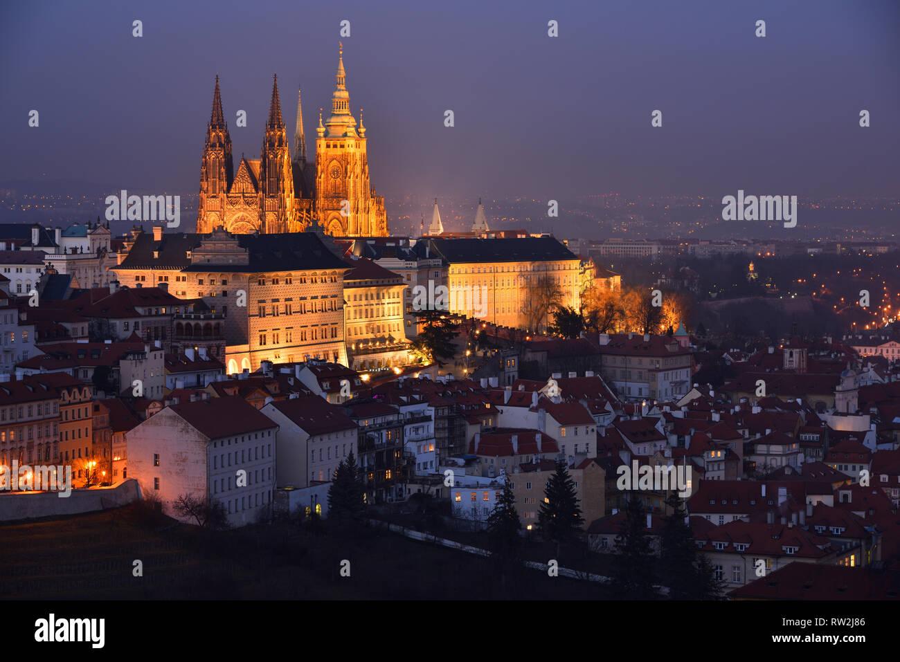 Que el Castillo de Praga y la Catedral de San Vito con iluminación nocturna. Fragmento de Lesser Town district (checo: Malá Strana). Tarde en la noche. El invierno. Foto de stock
