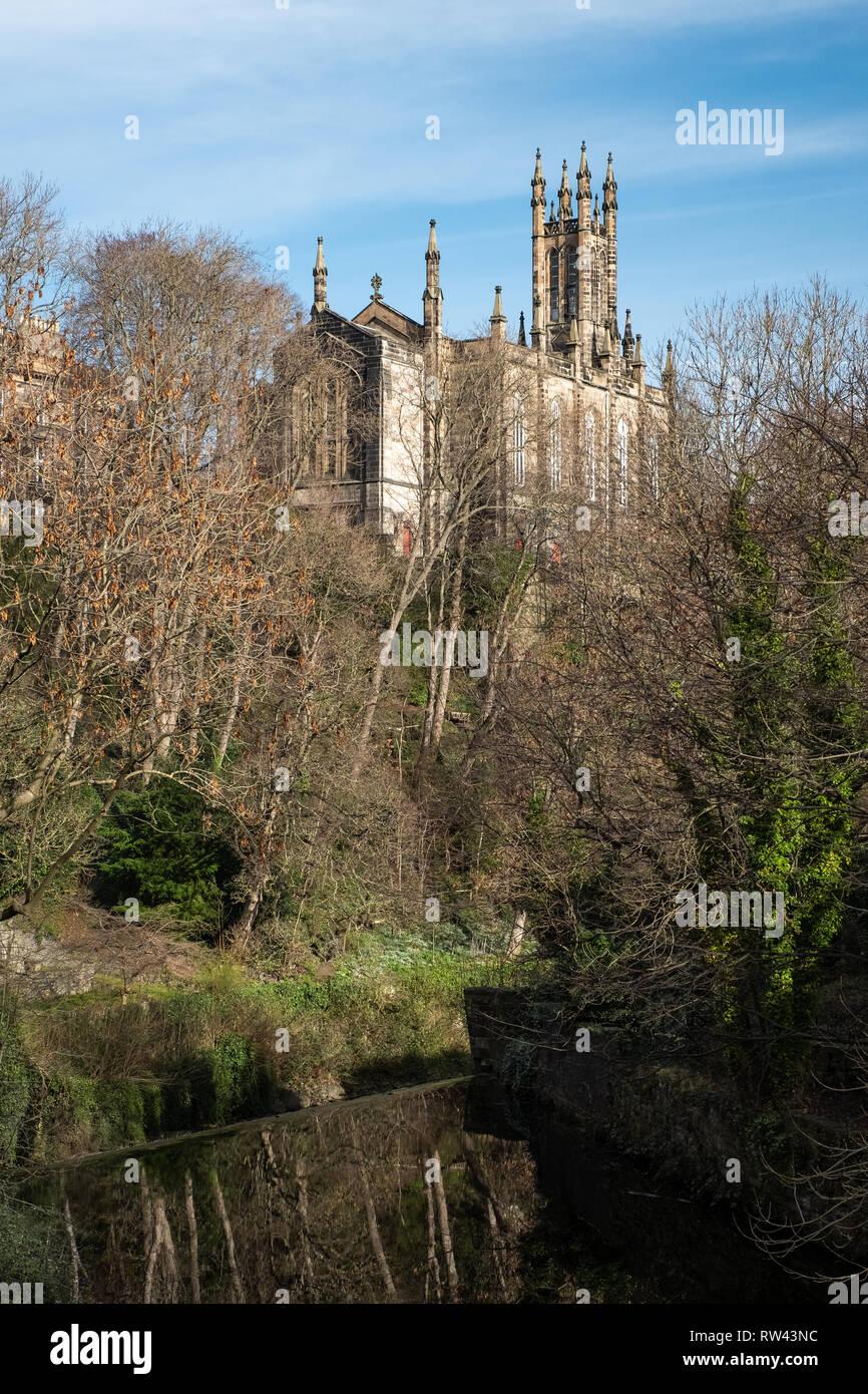 El Centro Cristiano Rhema Iglesia visto entre los árboles de la aldea de Dean en un día soleado en Edimburgo, Escocia Imagen De Stock