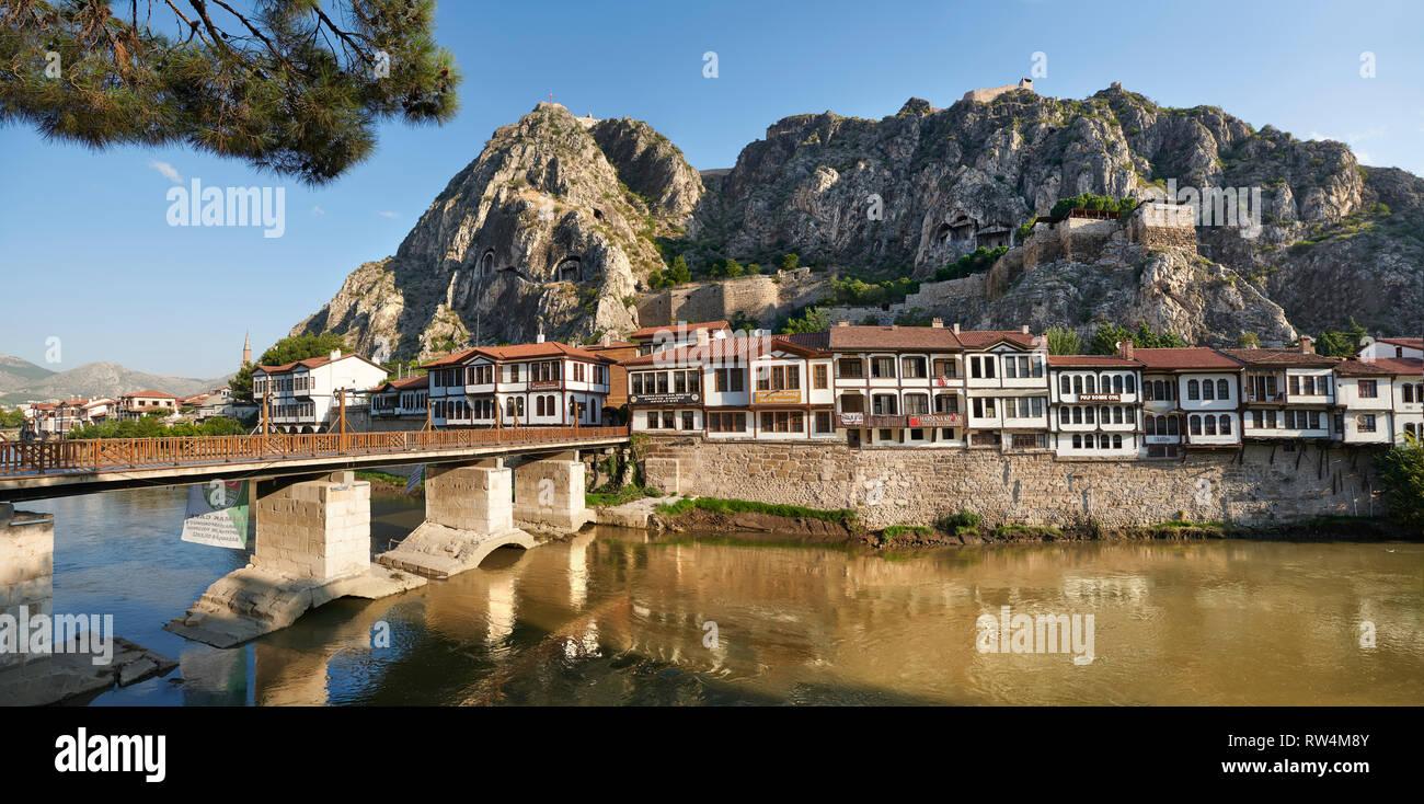 Villas otomano de Amasya a lo largo de las riberas del río Yeşilırmak, debajo del Póntico Royal rock tumbas y alta montaña antigua ciudadela, Turquía Foto de stock