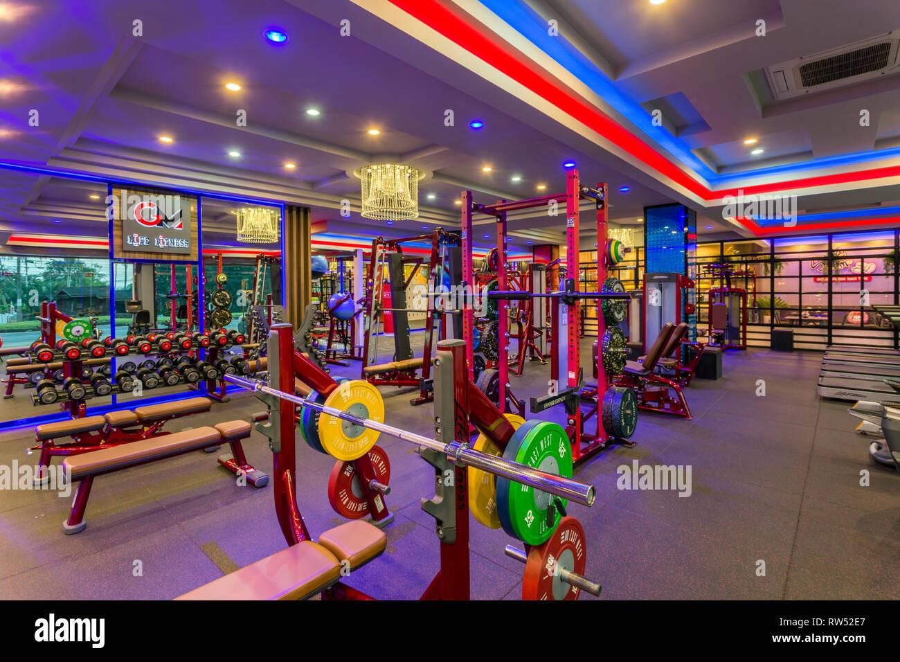 GM Life Fitness health club habitación interior lleno de equipos de gimnasia y máquina de ejercicio en Krabi, Tailandia. Imagen De Stock