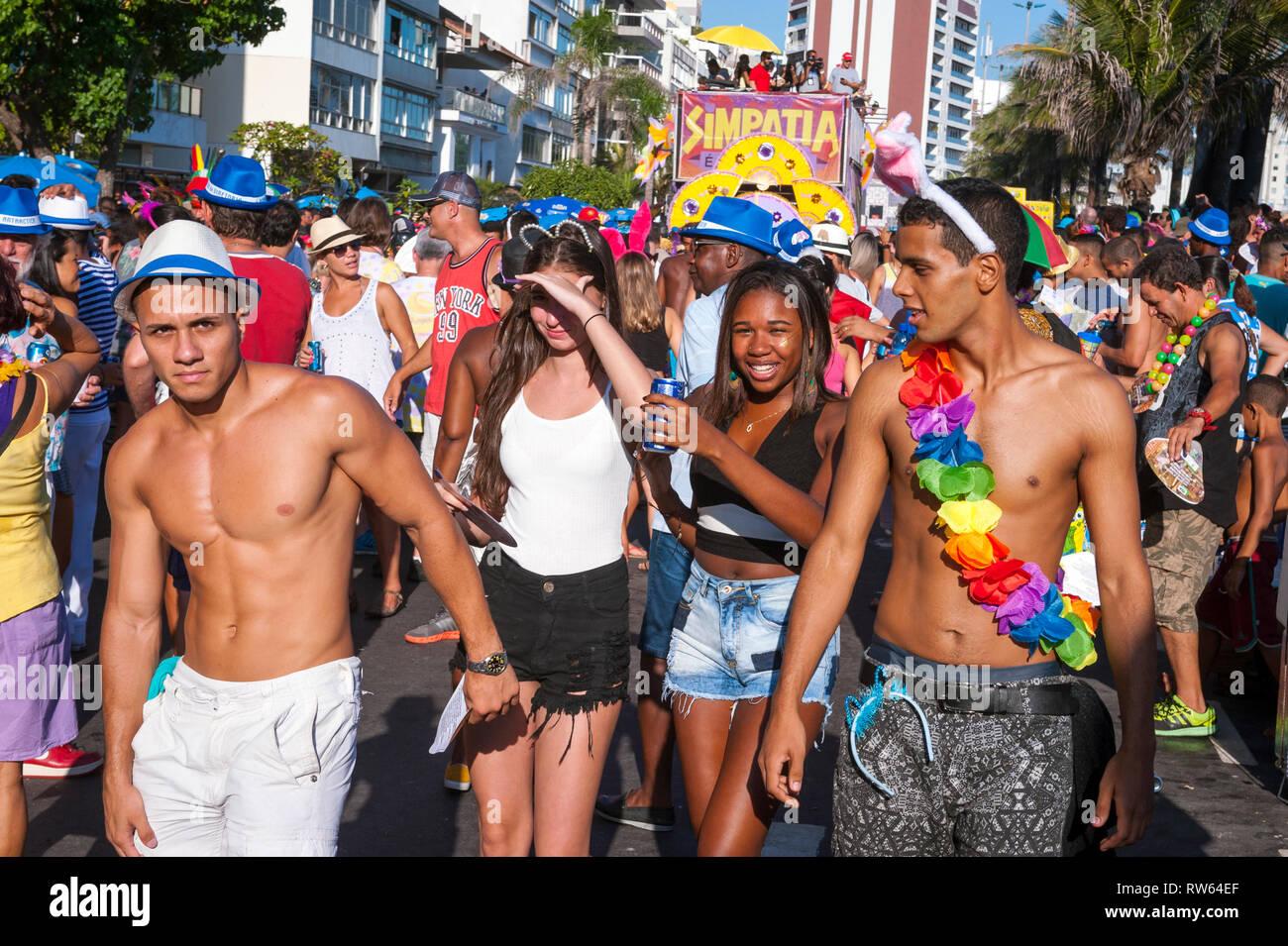 RIO DE JANEIRO - 18 de febrero de 2017: Una tarde de carnaval en la fiesta de la calle Farme de Amoedo gay sección de Ipanema atrae multitudes de jóvenes brasileños. Imagen De Stock