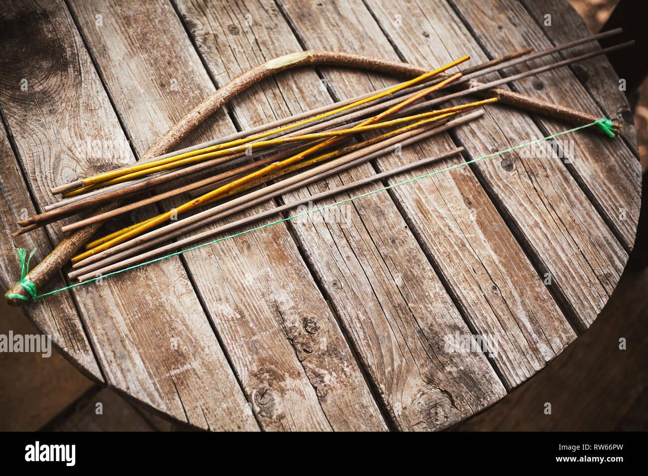 6bfc1347e Antiguo artesonado de arco y flechas para jugar en mesa de madera antigua.  Imagen De