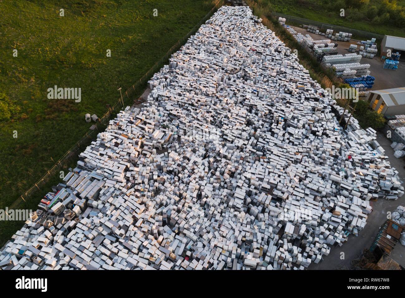 Imagen aérea de una nevera de reciclaje y eliminación de astillero en Perth, Escocia, mostrando miles de refrigeradores usados en pilas. Imagen De Stock