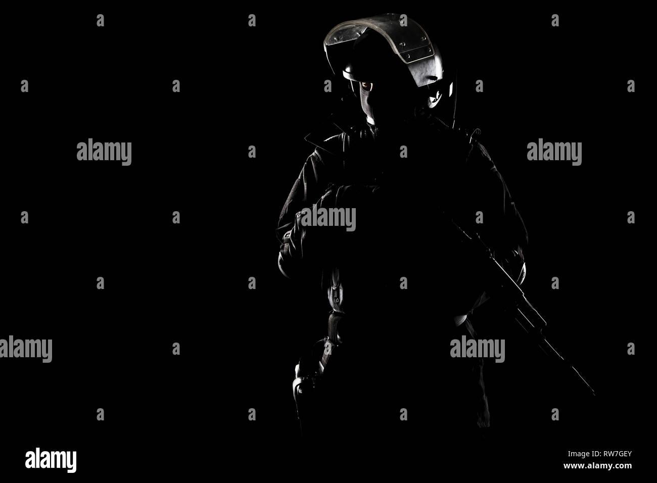 Contorno de Spec Ops soldado disparó sobre fondo negro. Imagen De Stock