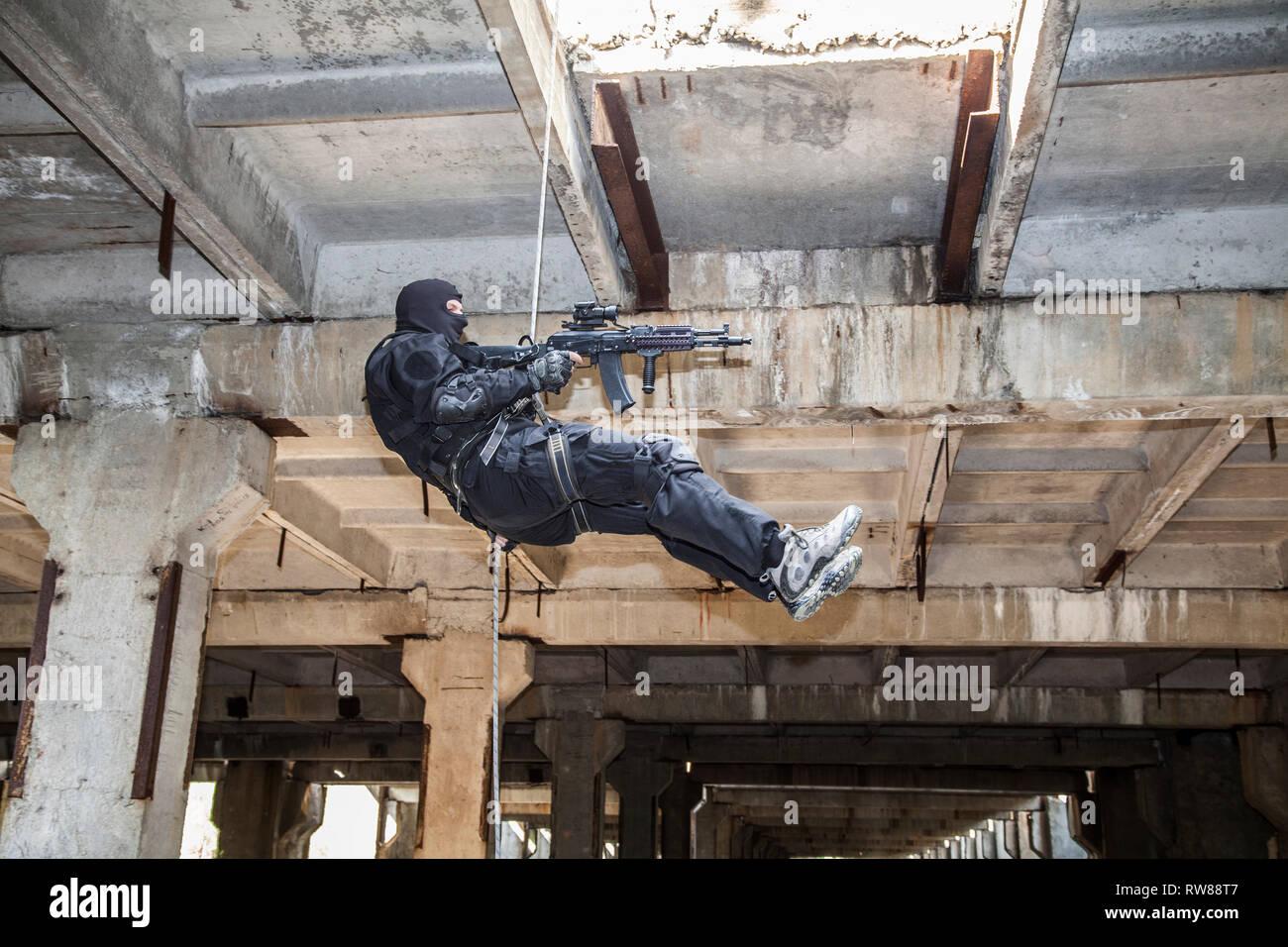 Operador de las fuerzas especiales durante el rapel con armas de asalto. Imagen De Stock