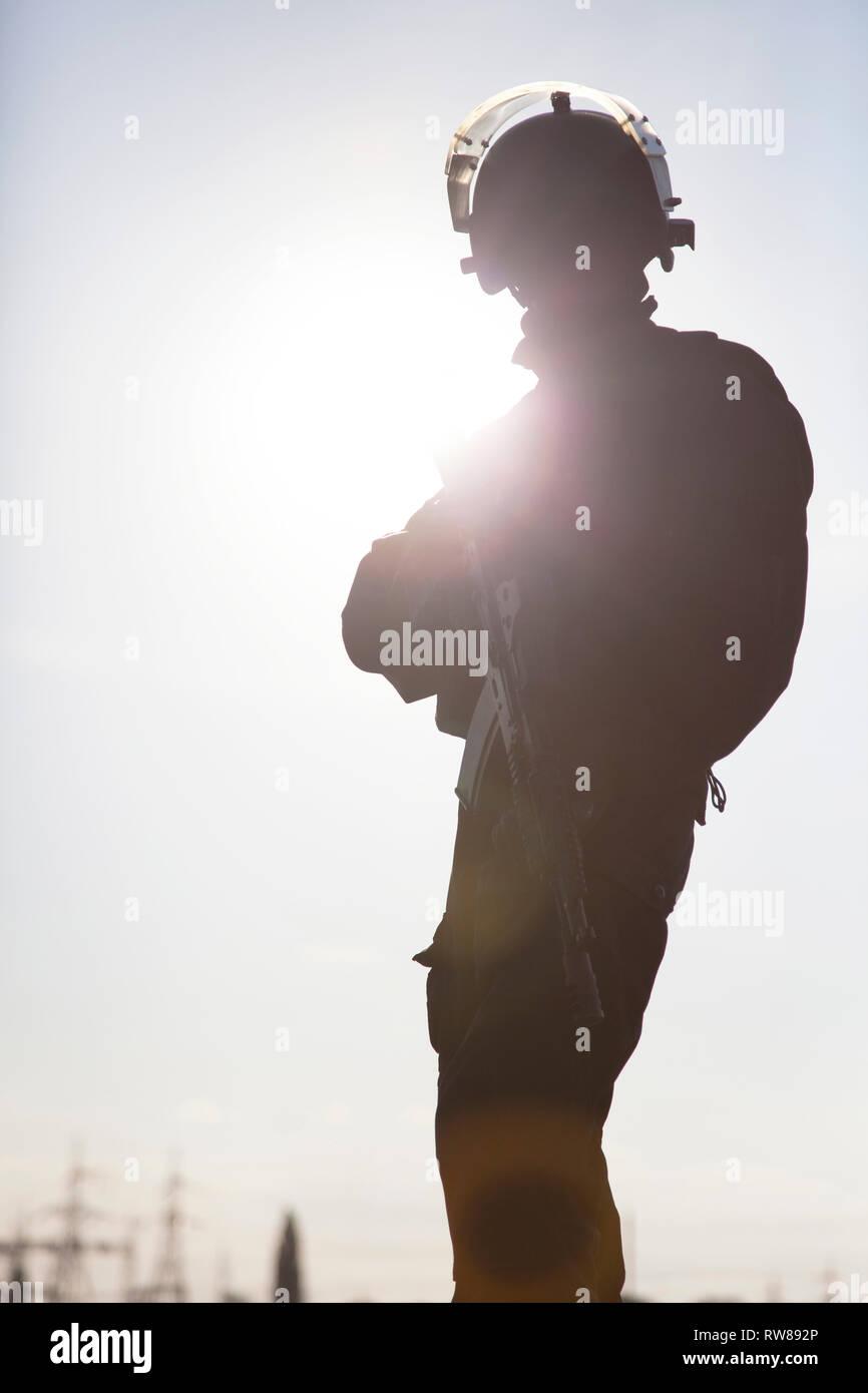 Silueta de operadores de fuerzas especiales con armas. Imagen De Stock