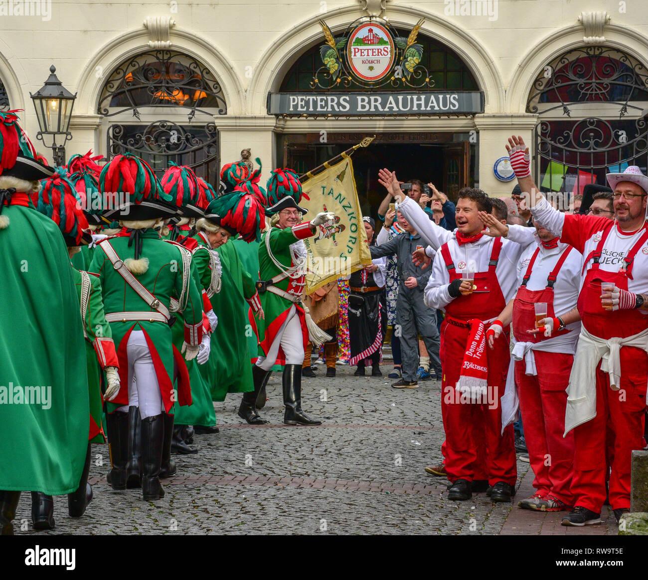 Los juerguistas celebra el carnaval de Colonia Imagen De Stock