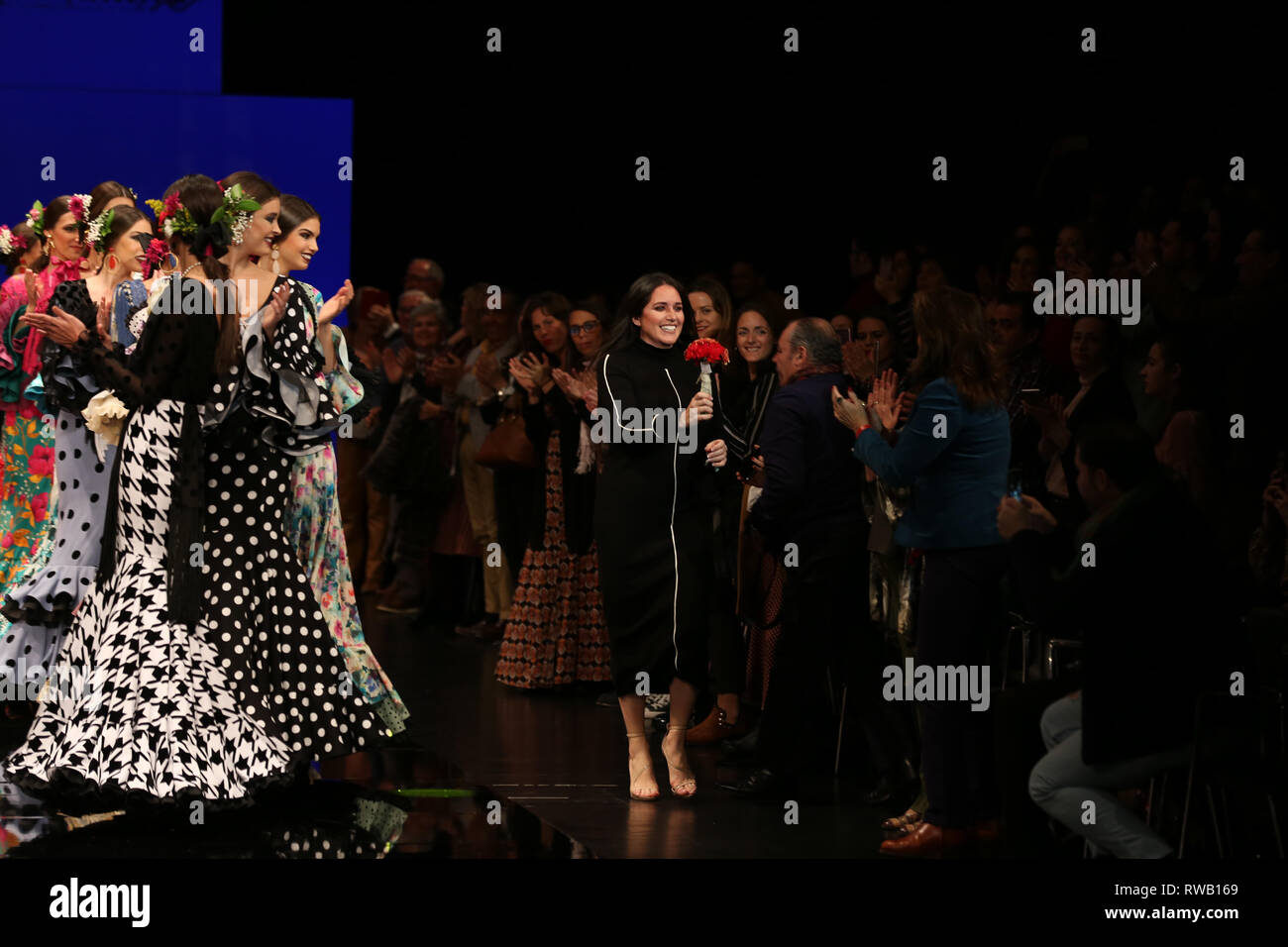 Yolanda Moda Flamenca y el diseñador de modelos en la pasarela Imagen De Stock
