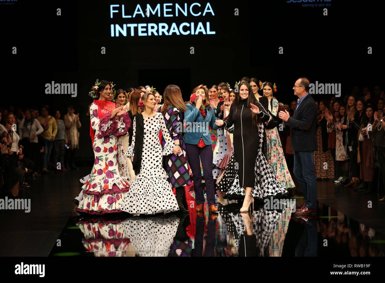 Yolanda Moda Flamenca designer unirse por su madre en la pasarela Imagen De Stock