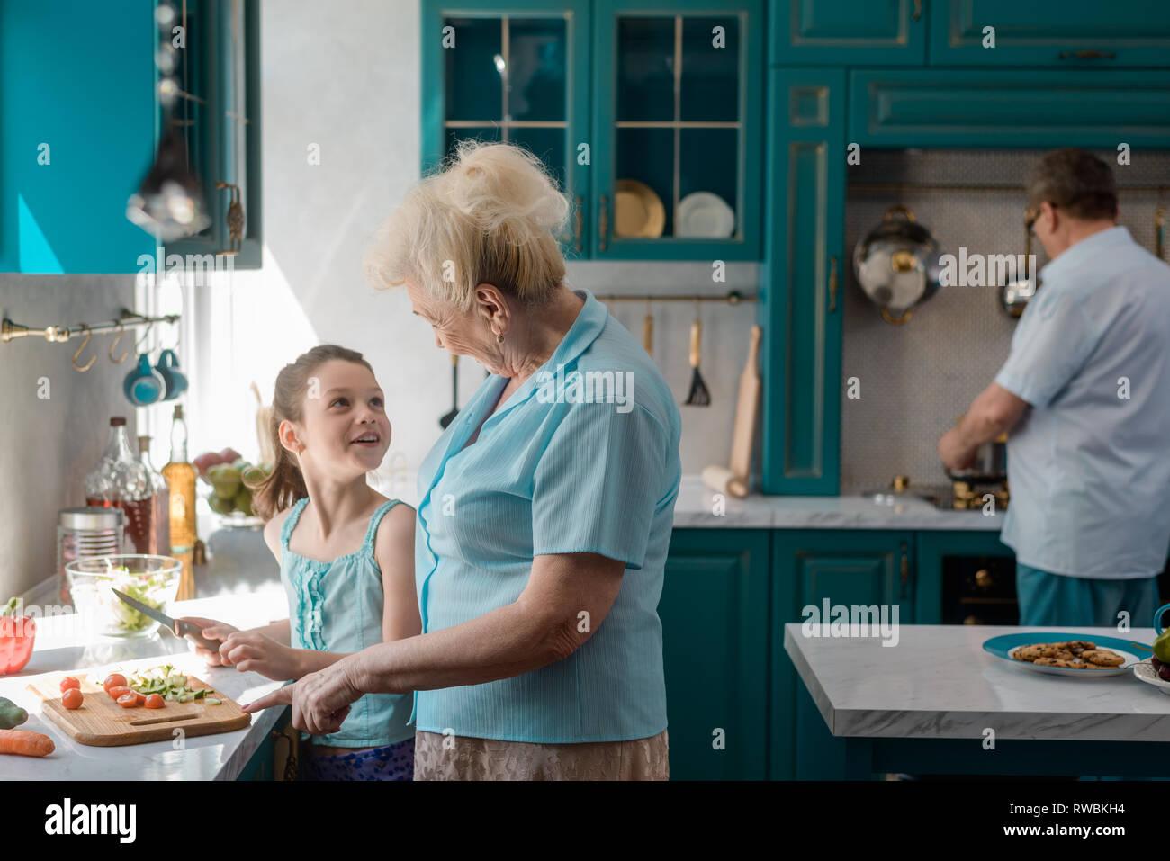 Niña preparar una ensalada Imagen De Stock