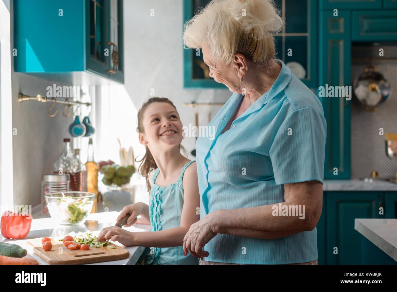 La abuela y su pequeño ayudante Imagen De Stock