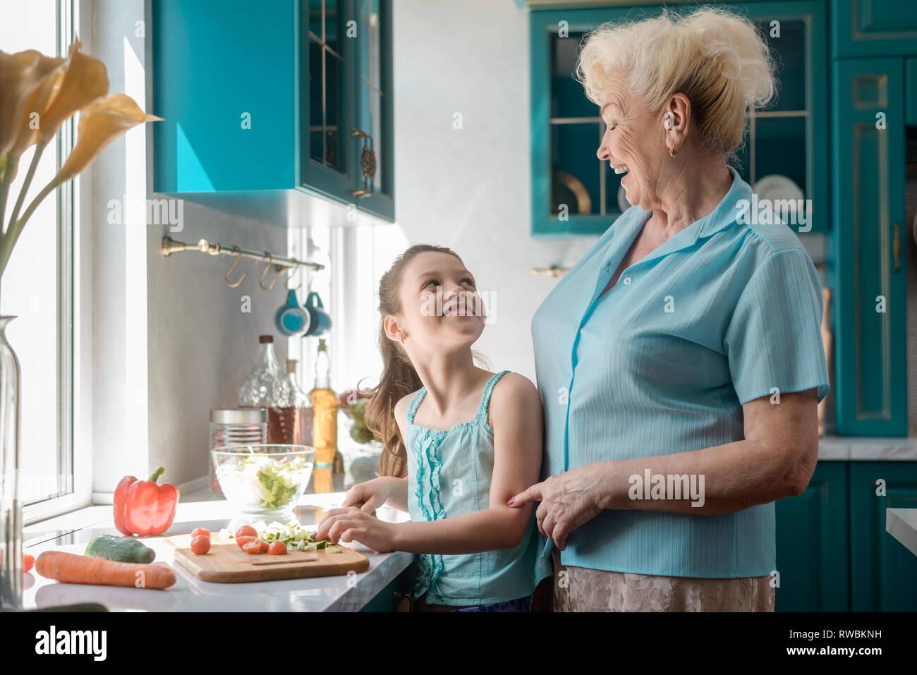 Chica y la abuela divirtiéndose Imagen De Stock