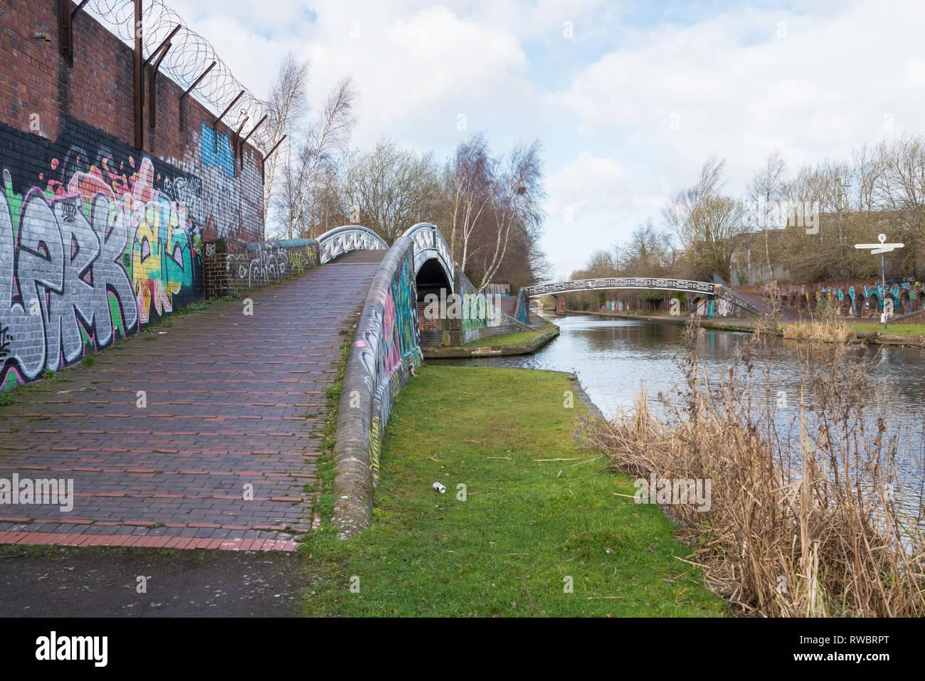 El antiguo canal de Birmingham Línea que pasa por el interior del distrito de la ciudad de Birmingham Ladywood que está experimentando la regeneración Foto de stock