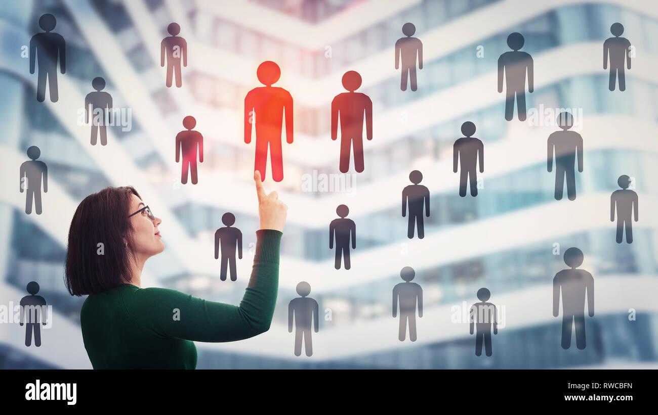 0783e179175 Mujer elegir el personal acepta una persona diferente de la multitud. Grupo  de selección de empleado de liderazgo. Concepto de empleo y contratación  laboral ...