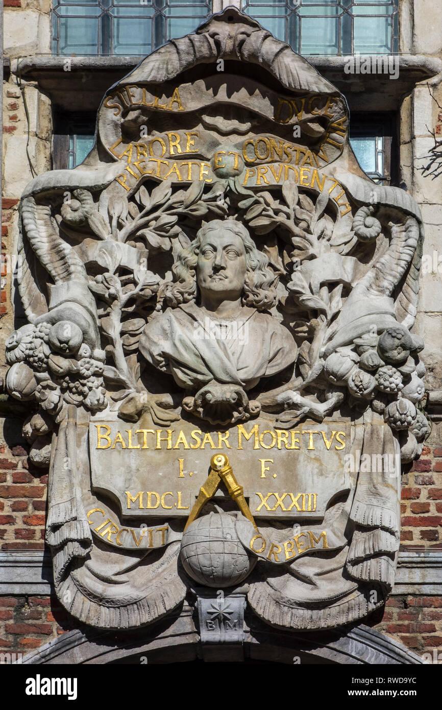 Esculpidos en alto relieve la figura de Baltasar Moretus, Museo Plantin-Moretus / Plantin-Moretusmuseum acerca de impresoras del siglo XVI, Amberes, Bélgica Foto de stock