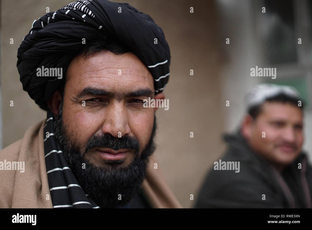 Personas en un campamento de desplazados internos en las afueras de Kabul, Afganistán, 28 feb 2019. La mayoría de las 1.000 familias que abandonan en el campamento de Afganistán dejó la provincia de Helmand hace 13 años, cuando los talibanes lanzaron una gran ofensiva militar en el ejército afgano y las fuerzas de la coalición en Helmand. Ahora la mayoría de los hogares tiene más de 10 miembros, según los campamentos líder, ellos no tienen ningún centro médico en el campamento y la escuela puede enseñar sólo un máximo de 80 niños. La infraestructura deficiente y la higiene enfermedades como las infecciones gastrointestinales, infecciones de la piel y enfermedades respiratorias prevalentes. Foto de stock