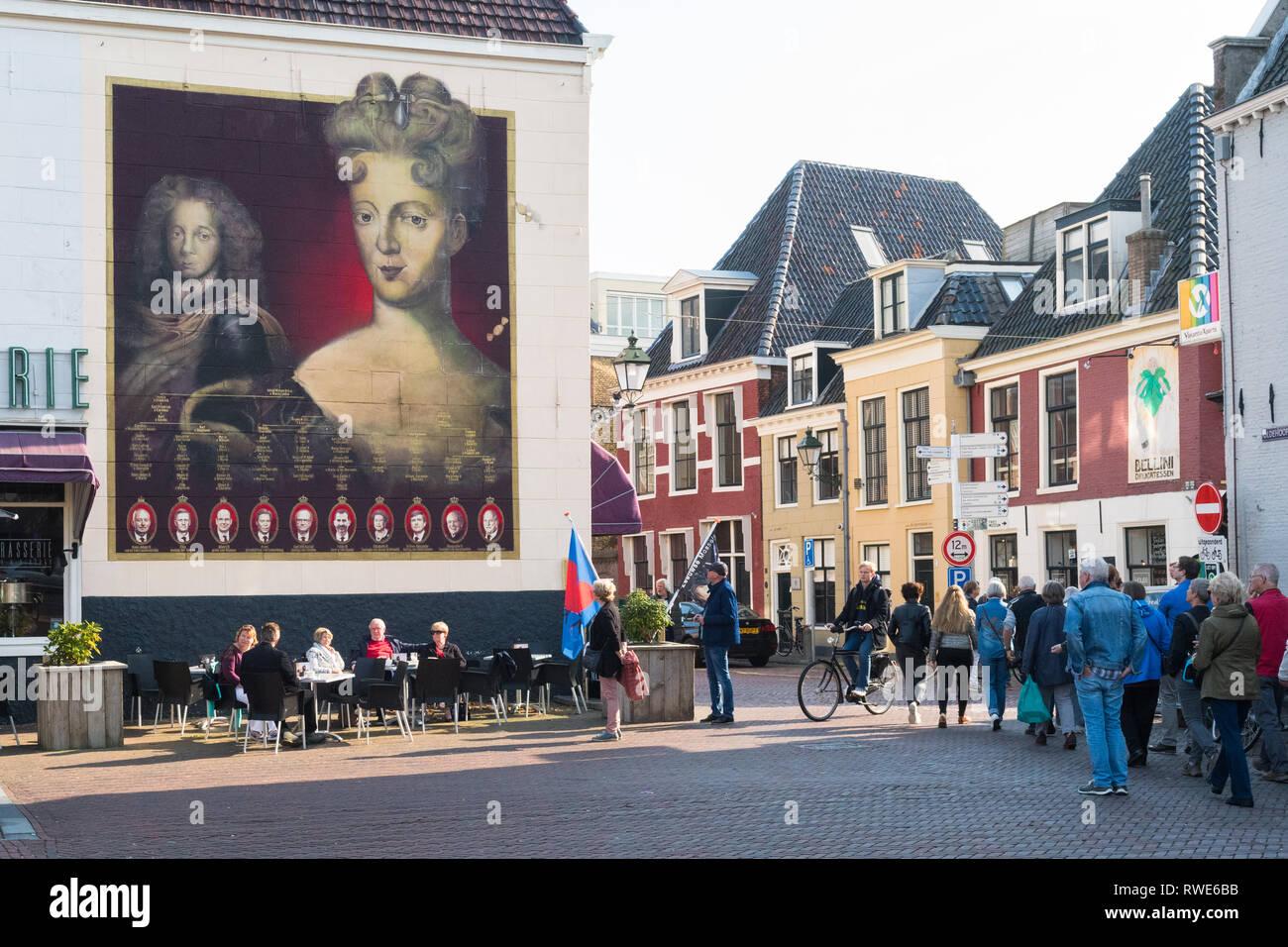 Leeuwarden, Países Bajos - turistas mirando el mural de Landgravine María Luisa de Hesse-Kassel durante Leeuwarden-Friesland Capital Europea de la cultura 2018 Imagen De Stock