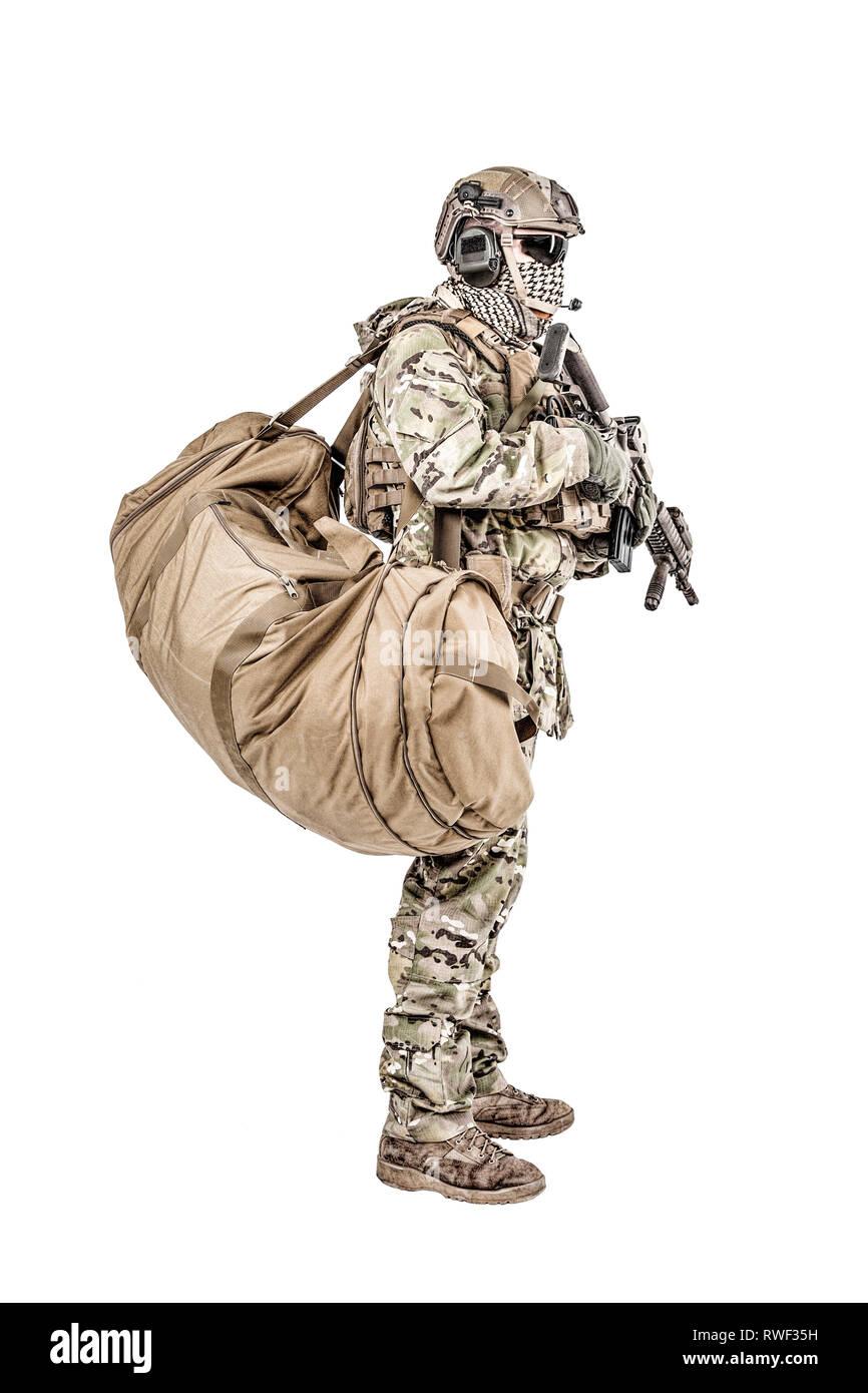 Soldado con duffle bolsa de gimnasio, Foto de estudio. Imagen De Stock