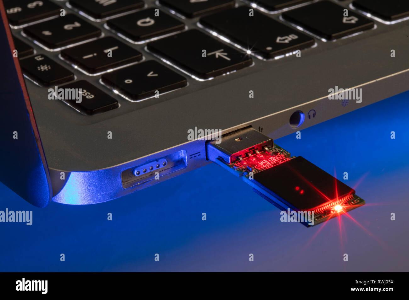 Memoria USB en un ordenador portátil, Foto de stock