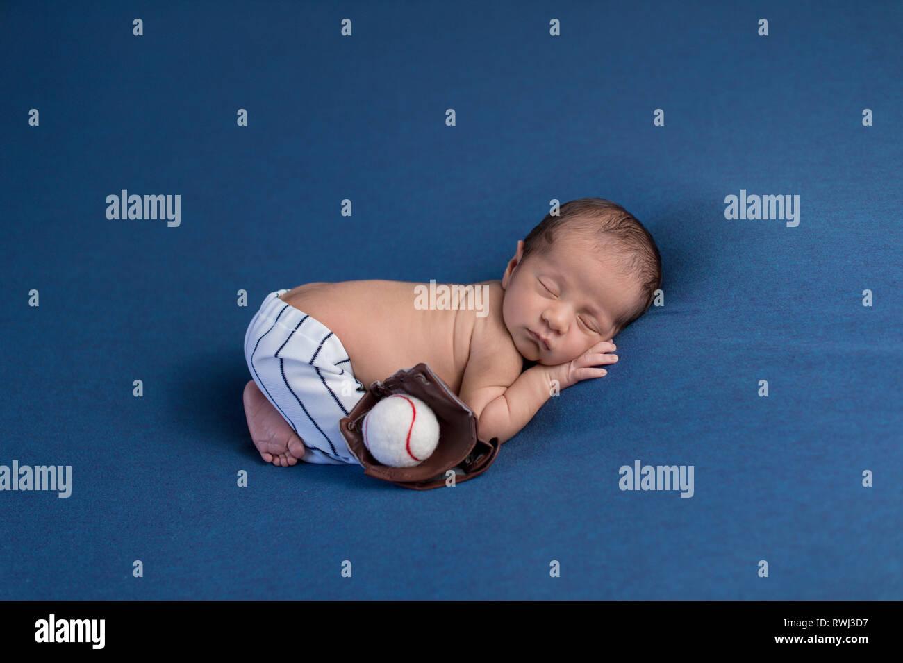 Una Semana De Edad Dormir Bebe Recien Nacido Nino Usando Pantalones Uniformes De Beisbol Con Un Guante Del Receptor Y La Bola Fotografia De Stock Alamy