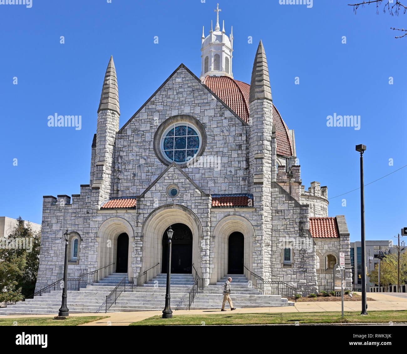 La Primera Iglesia Bautista, una gran iglesia de piedra modelada después de diseño italiano, un símbolo de la religión cristiana o la fe protestante en Montgomery, AL, USA. Foto de stock